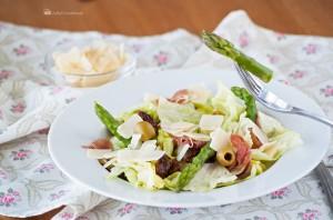 Салат с прошутто и вялеными тома