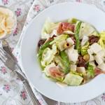 Салат с прошутто, спаржей и вялеными томатами