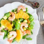 Салат с креветками, копченым лососем и авокадо