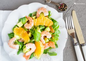 Салат с креветками, лососем и авокадо