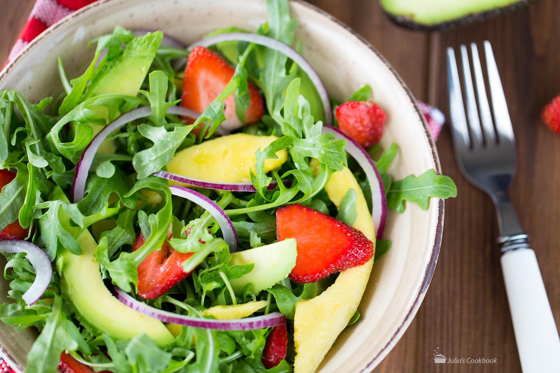 Салат с рукколой, клубникой и манго