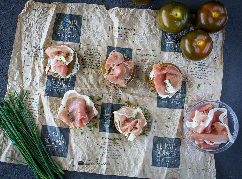 Брускетта с козьим сыром, прошутто и томатами Кумато