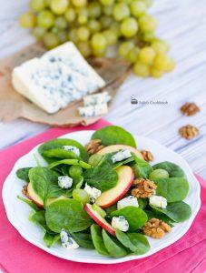 Салат со шпинатом, виноградом и голубым сыром