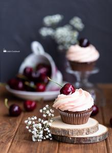 Шоколадные капкейки с вишней
