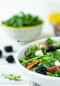 Салат с рукколой и ежевикой