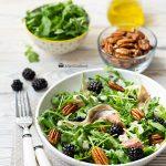 Салат с руколой, ежевикой и фетой
