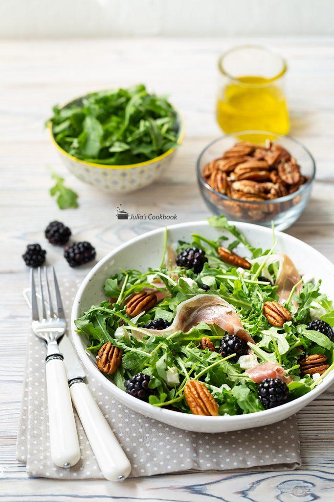 Салат с рукколой, ежевикой и фетой